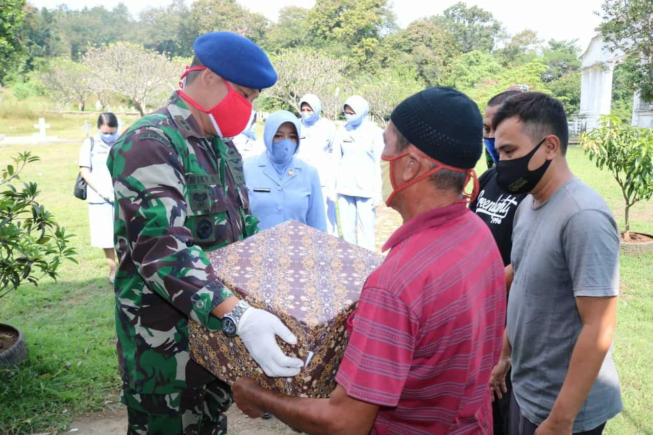 Peduli Terhadap Para Penjaga TMP Sawala, Pangkalan TNI AU Sugiri Sukani Memberikan Bantuan