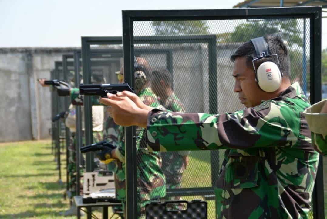 Komandan Lanud Suryadarma Latihan Menembak Beserta Seluruh Angota