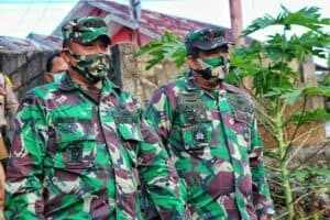 Wakili Bupati Bintan, Danlanud RHF Serahkan BLT Tahap II dari Pemkab Bintan