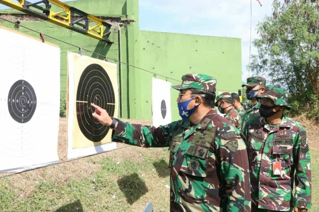 Perwira Penerbang Lanud Iswahjudi Ikuti Sosialisasi Tata Cara Penanganan Senjata dan Praktek Menembak.