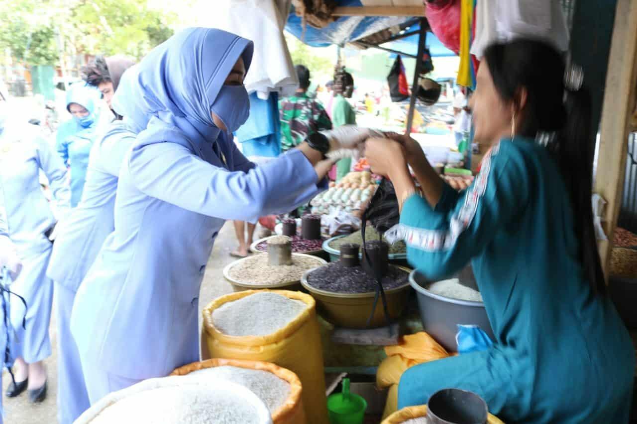 YAYASAN BATIK INDONESIA BERSAMA DHARMA PERTIWI KOORCAB SULTRA DAERAH G BAGIKAN MASKER KE MASYARAKAT