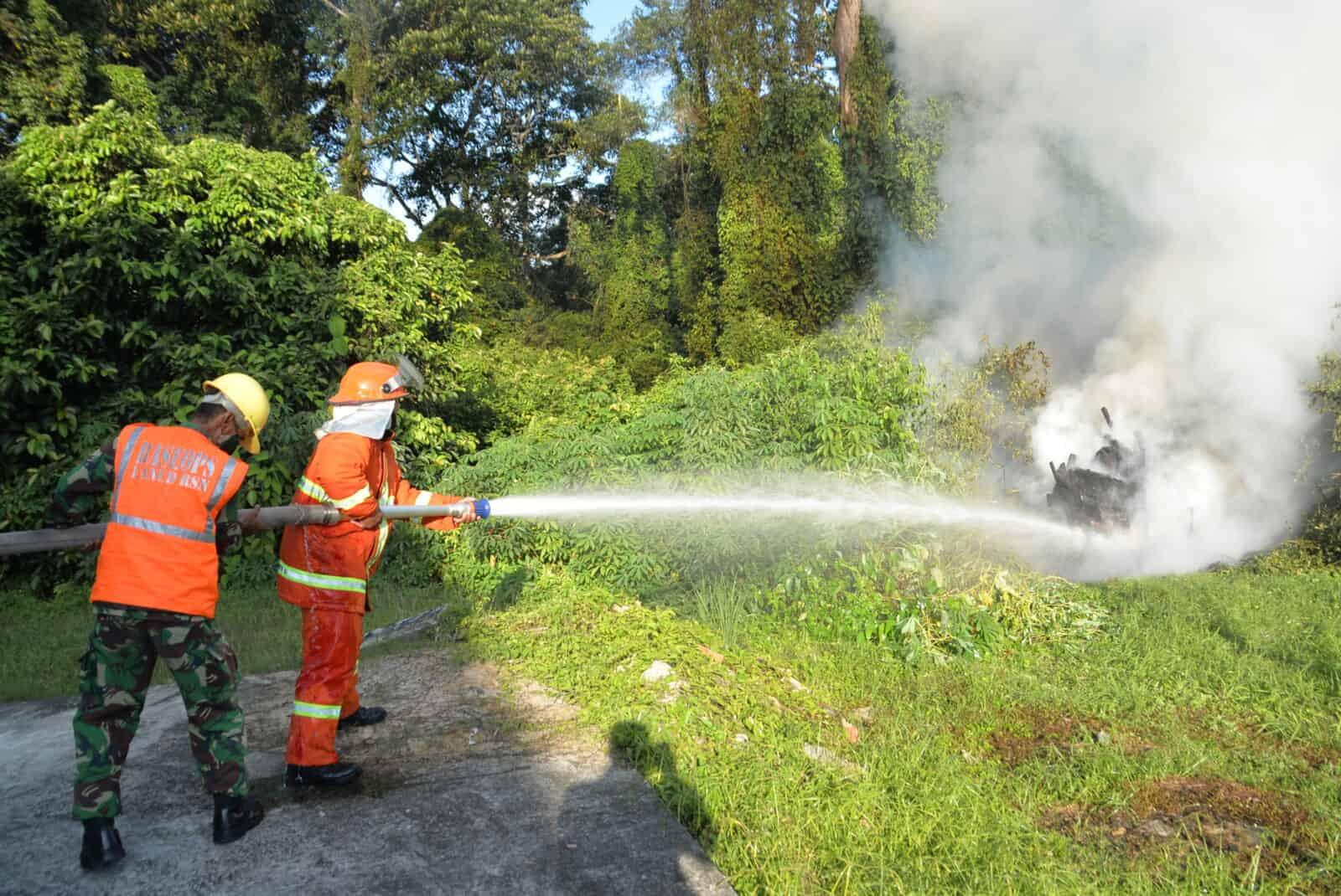 Lanud Rsn Kerahkan Mobil PK Padamkan Kebakaran