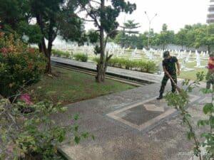 Menjelang Hari Bhakti TNI AU, Lanud Rsn Bersihkan TMP Kusuma Dharma