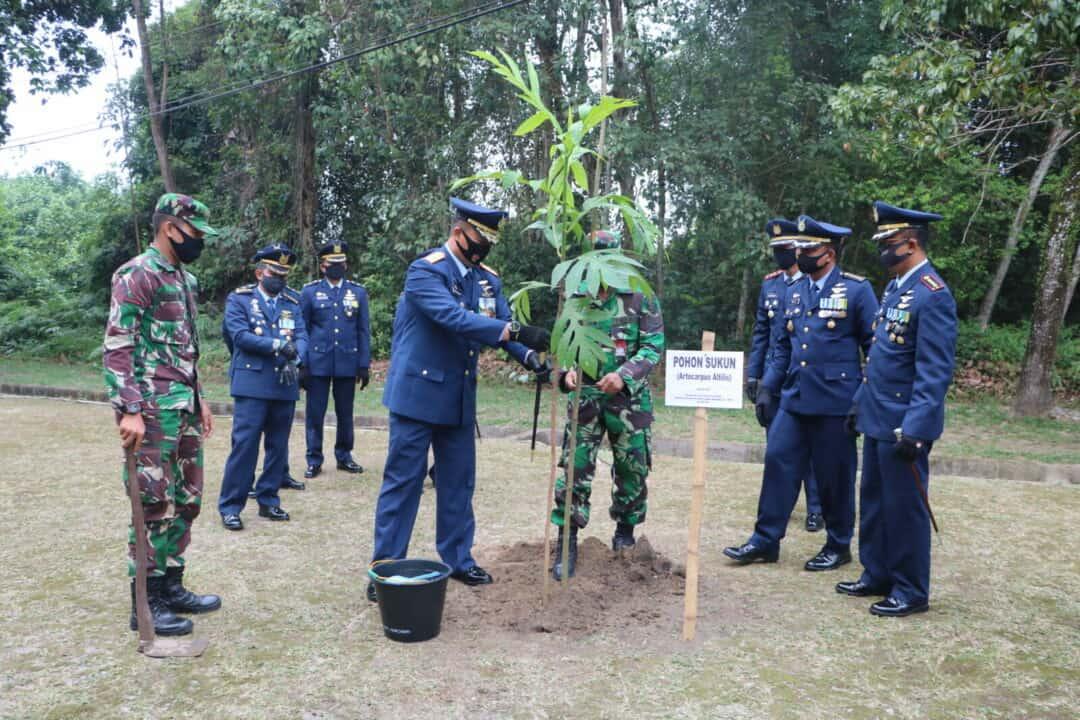 Di Hari Bakti TNI AU Lanud Rsn Tanam Pohon Sukun