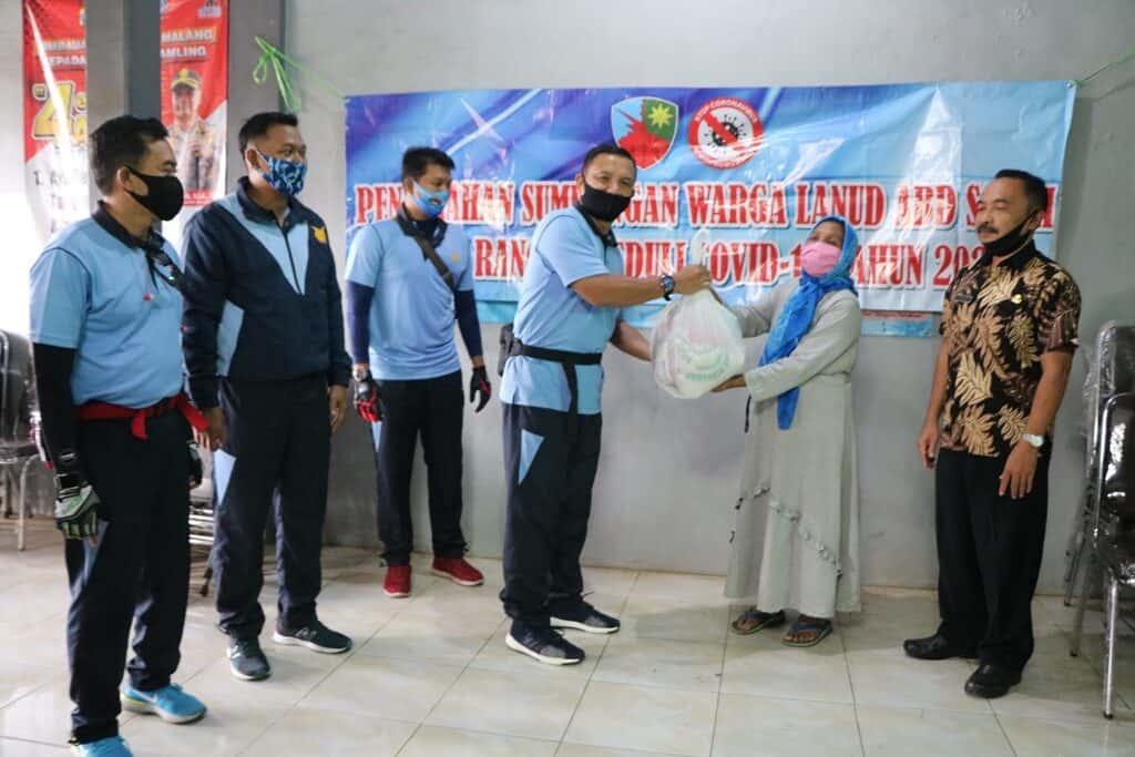 Goweser Lanud Abd Saleh Serahkan Bansos bagi Warga Terdampak Covid 19