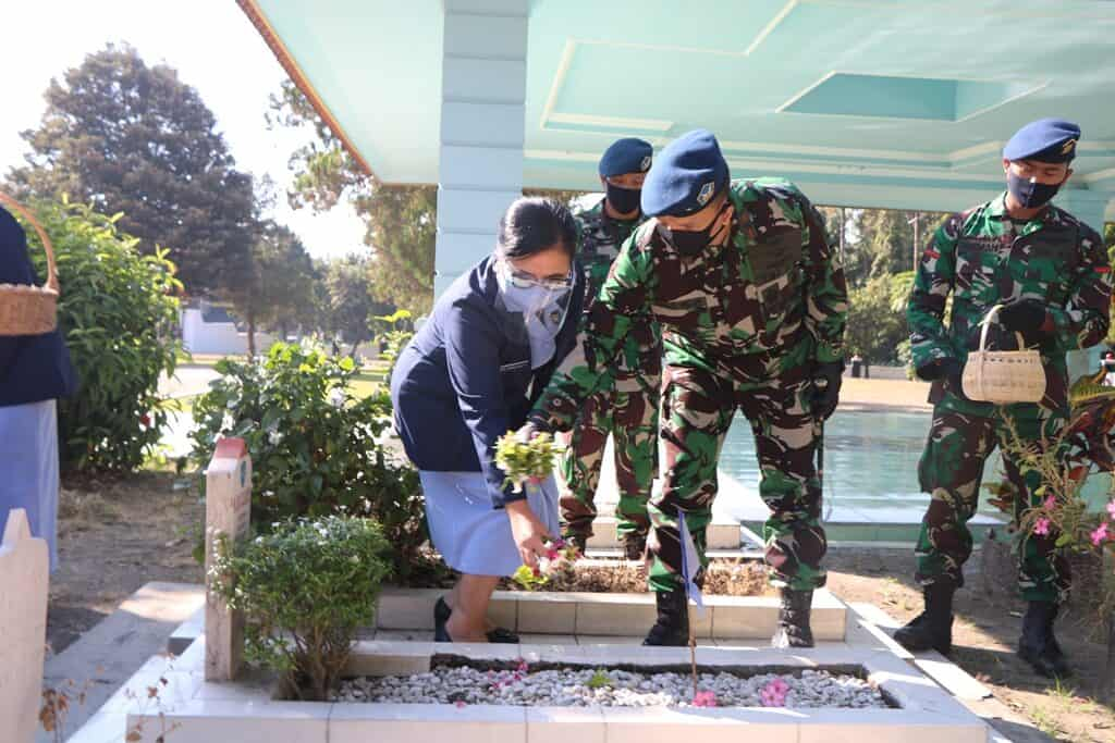 Jelang Hari Bakti TNI AU ke-73 Personel Lanud Abd Saleh & Insub Ziarah ke TMP