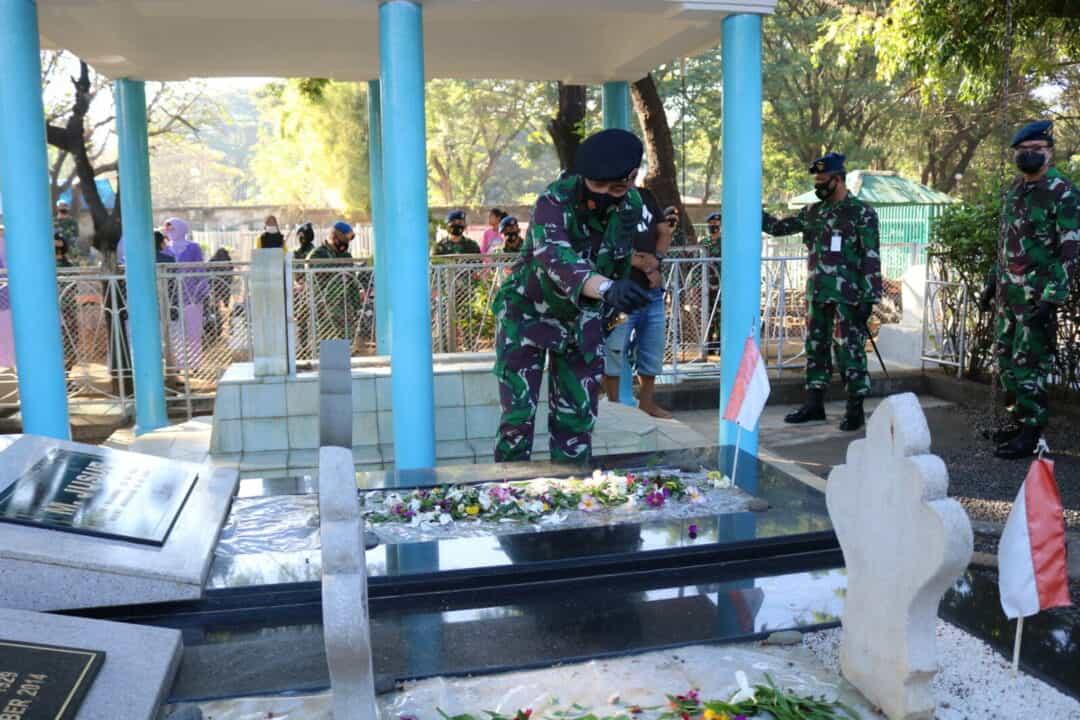 Ziarah Rombongan di Taman Makam Pahlawan Panaikkang Makassar