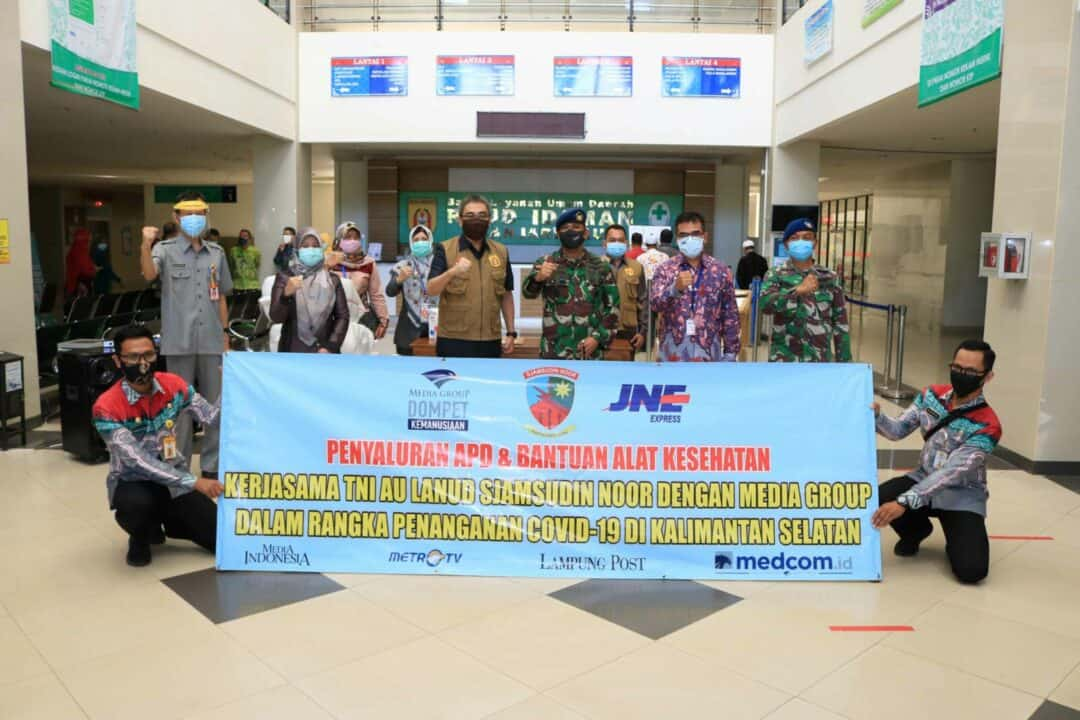 Tenaga Medis RSUD. Idaman Banjarbaru Terima APD Dari Dompet Kemanusiaan Media Group Bekerjasama Dengan Lanud Sjamsudin Noor Dan JNE Dalam Rangka Pemberantasan Covid- 19