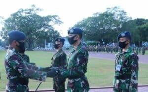 Penyerahan tongkat estafet Komandan wing taruna dari Gubernur AAU di lapangan Dirgantara.