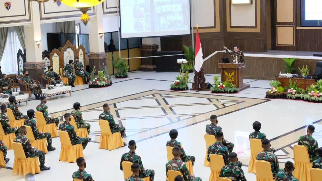 MARSDYA TNI (Purn) SUPRIHADI, S.IP. BERBAGI PENGALAMAN KEPADA KARBOL AKADEMI ANGKATAN UDARA