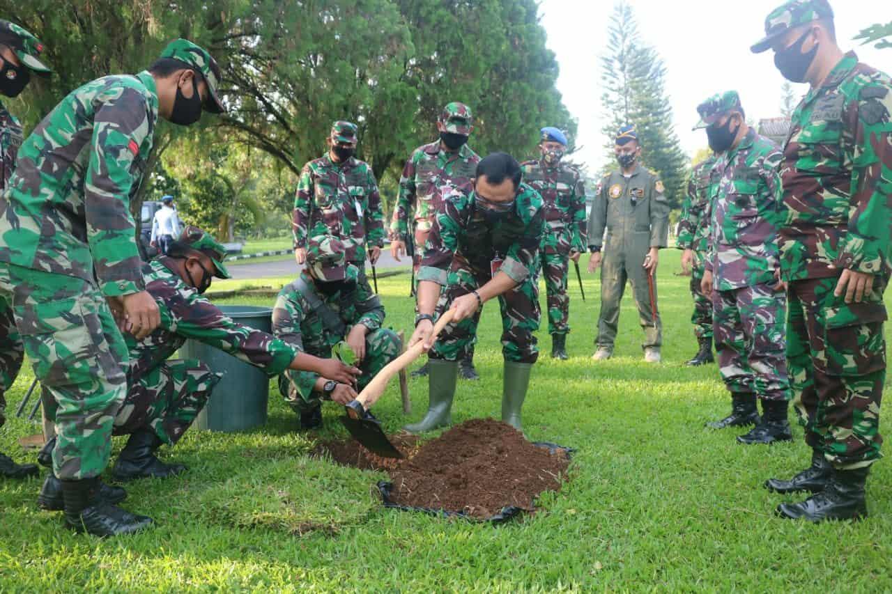 Danlanud Atang Sendjaja Melaksanakan Penanaman Bibit Pohon Sukun