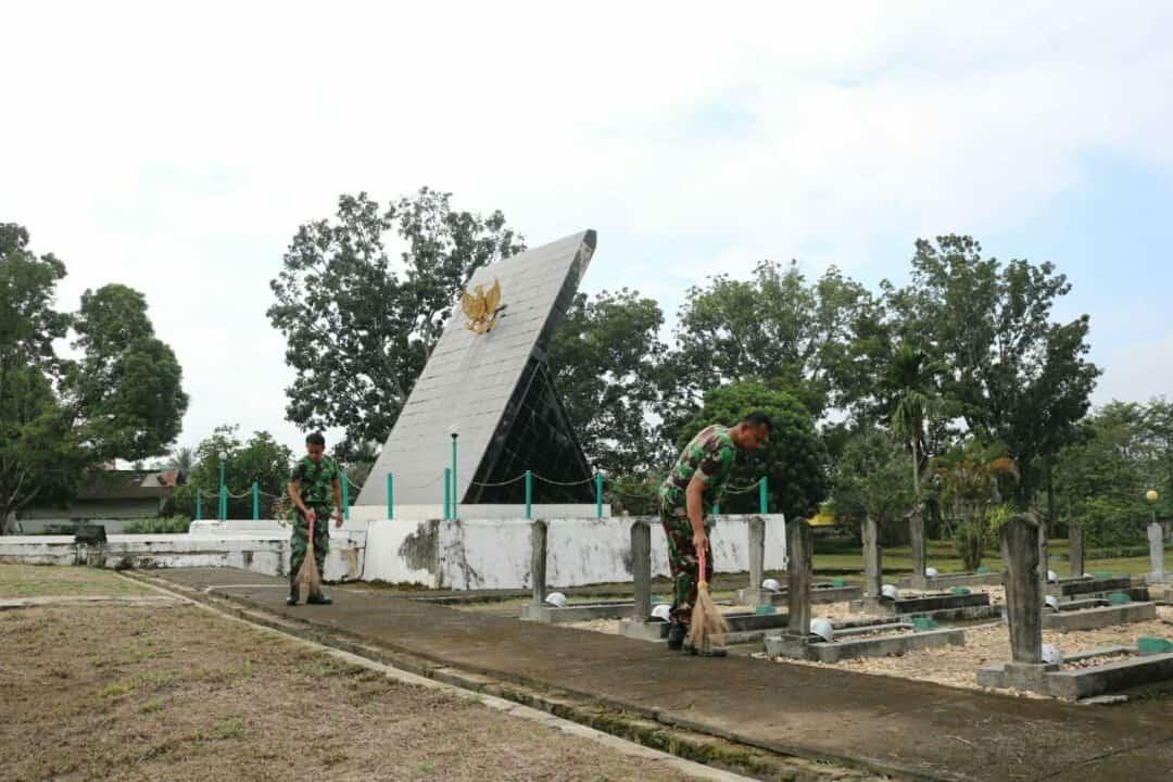 Rangkaian Hari Bakti ke-73 TNI Angkatan Udara, Lanud HLO melaksanakan pembersihan TMP Watubangga
