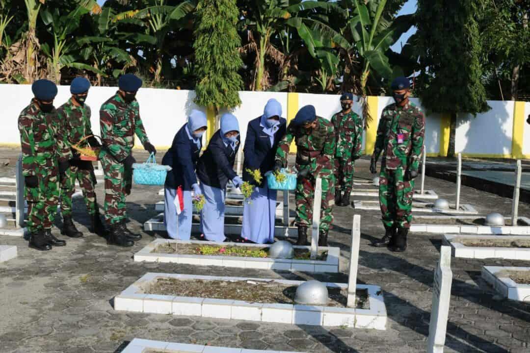Memperingati Hari Bakti TNI AU ke-73 Lanud Sjamsudin Noor Laksanakan Ziarah Rombongan ke TMP Bumi Kencana Banjarmasin
