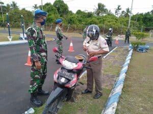 Cerminkan Ketertiban, POMAU Lanud Maimun Saleh Tertipkan Kendaraan.