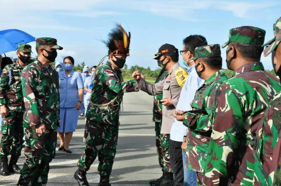 Pangkoopsau III Marsda TNI Ir. Novyan Samyoga, M.M bersama rombongan saat melakukan peninjauan Pos Lintas Batas Negara (PLBN) Sota Merauke, Sabtu (4/7).