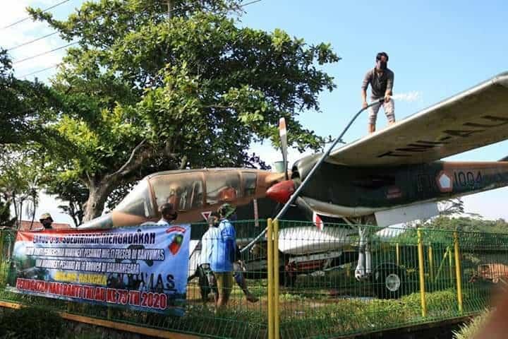 JELANG HARI BAKTI TNI AU KE 73, PRAJURIT LANUD J.B.SOEDIRMAN BERSIHKAN MONUMEN PESAWAT OV-10F BRONCO DI BANJARNEGARA