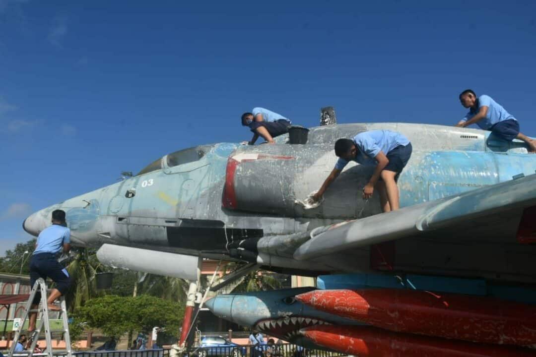 Hari Bakti Ke-73 Lanud Haluoleo melaksanakan Pembersihan Monumen Pesawat A4E Sky Hawk