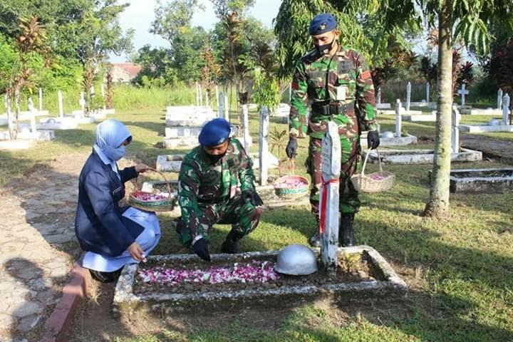 Memperingati Hari Bakti TNI Angkatan Udara ke- 73, Personel Lanud JB Soedirman Ziarah ke TMP Purbosaroyo