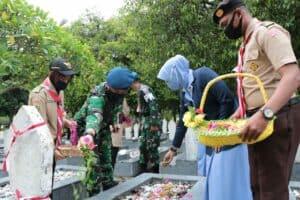 Tabur Bunga Hiasi Taman Makam Pahlawan Peuniti