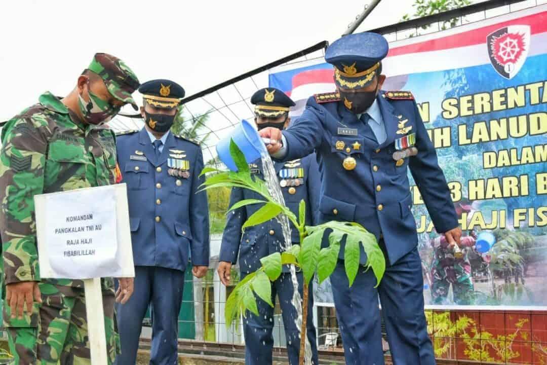 Peringati Hari Bakti TNI AU ke-73, Lanud RHF Laksanakan Tanam Pohon Sukun Serentak