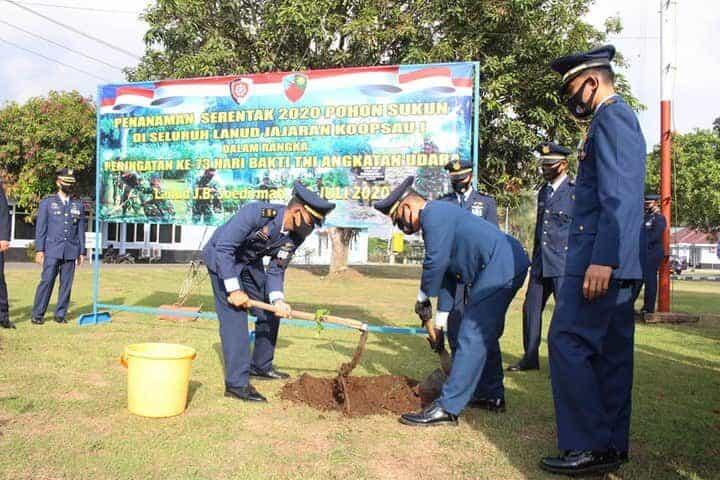LANUD J.B. SOEDIRMAN TANAM POHON SUKUN DI PERINGATAN HARI BAKTI KE-73 TNI AU