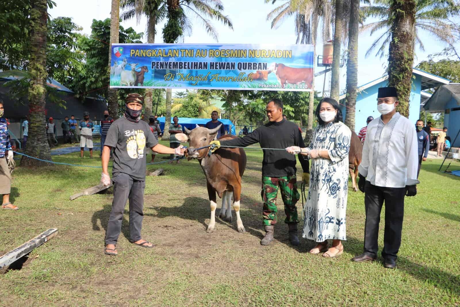 Ketua PIA Ardhya Garini Cab.12/D.I Lanud Roesmin Nurjadin Sumbang 1 Ekor Sapi