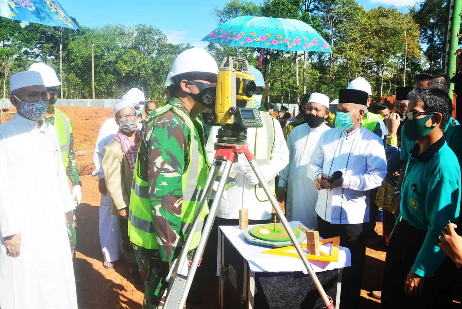 Komandan Lanud Sjamsudin Noor Turut Saksikan Langsung Peletakan Batu Pertama dan Penentuan Arah Kiblat Pembangunan Masjid Bambu KH. Abdul Qodir Hasan di Desa Kiram