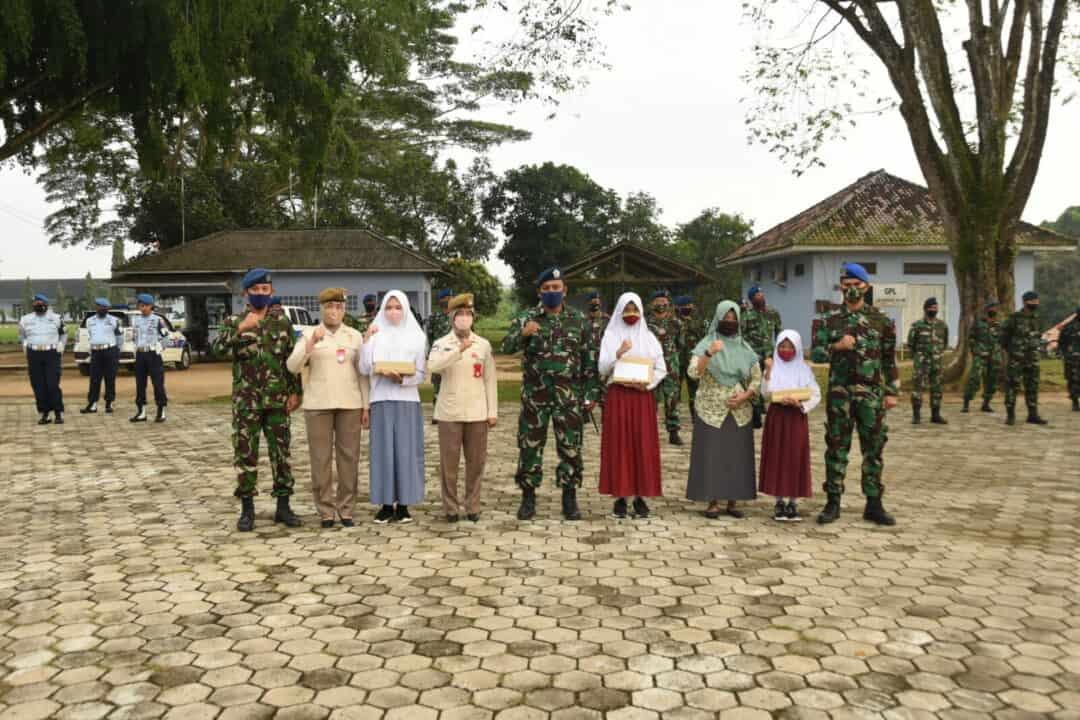 Danlanud BNY berikan beasiswa kepada putra-putri anggota Lanud BNY yang berprestasi