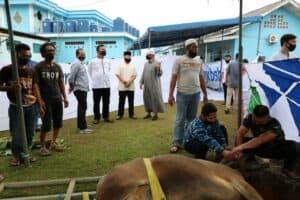 Danlanud Dhomber Menyerahkan Hewan Qurban kepada Panitia Hari Raya Idul Adha 1441 H