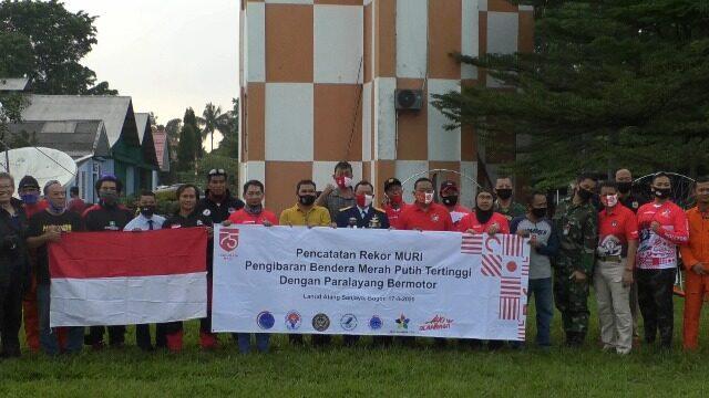Rekor Dunia Pengibaran Bendera Merah Putih Pecah di Lanud Atang Sendjaja