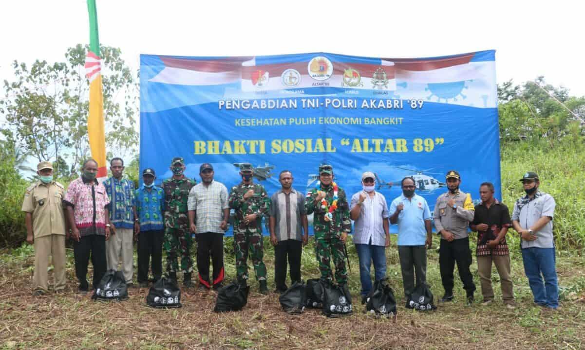 """Bantuan Sembako dalam rangka Bakti Sosial """"Altar 89"""" di Desa Dofyo Wafor Kabupaten Biak Numfor"""