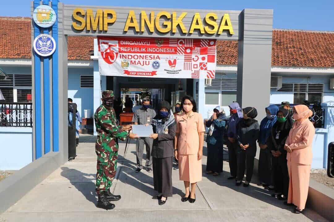 Sekolah Angkasa Lanud Adi Soemarmo terima bantuan Laptop dari Danlanud Smo
