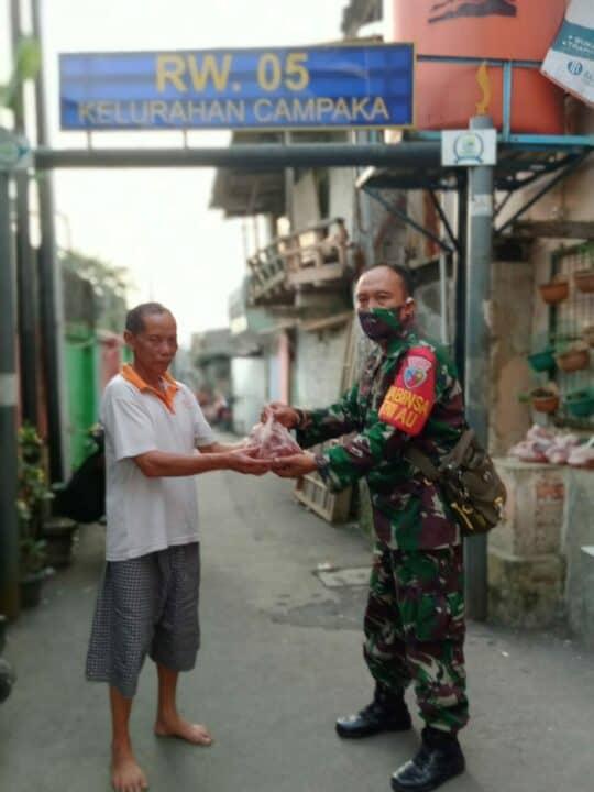 Door To Door , Babinsa Lanud Husein Sastranegara Bagikan Daging Kurban ke Masyarakat Terdampak Covid-19