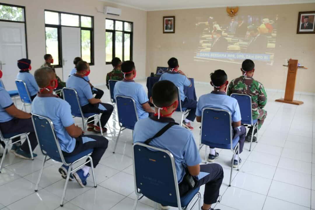 """Secara """"Live Streaming"""", Prajurit Lanud Sugiri Sukani Mendengarkan Pidato Kenegaraan Presiden RI"""