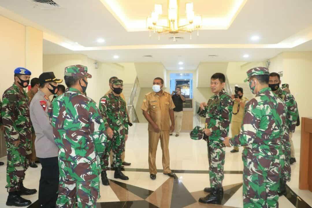 Pangkoopsau III Marsekal Muda TNI Ir Novyan Samyoga, MM. menerima kunjungan Bupati Biak Numfor Herry Ario Naap, S.Si.,M.Pd. di Makoopsau III Biak, Senin (24/8).
