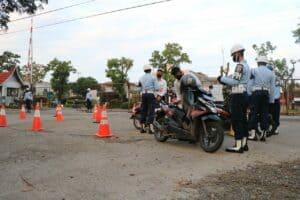 Satpom Lanud Sutan Sjahrir Periksa Surat Kendaran Roda Dua dan Roda Empat Yang Melintas di Lingkungan Lanud