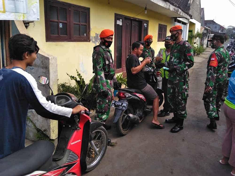 1 SST Prajurit Yonko 464 Paskhas Turut Dalam Gelar Opsgab Pendisiplinan Penggunaan Masker