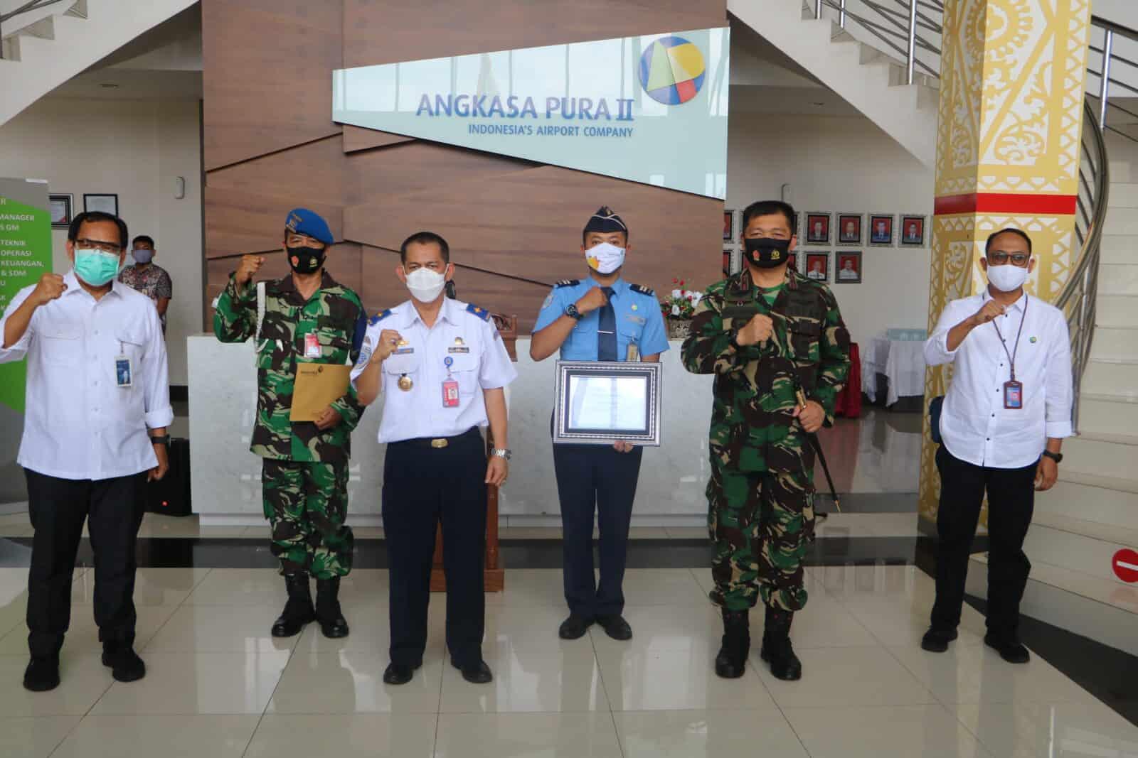 Gagalkan Narkoba, BKO TNI AU Dan Petugas Avsec Terima Penghargaan