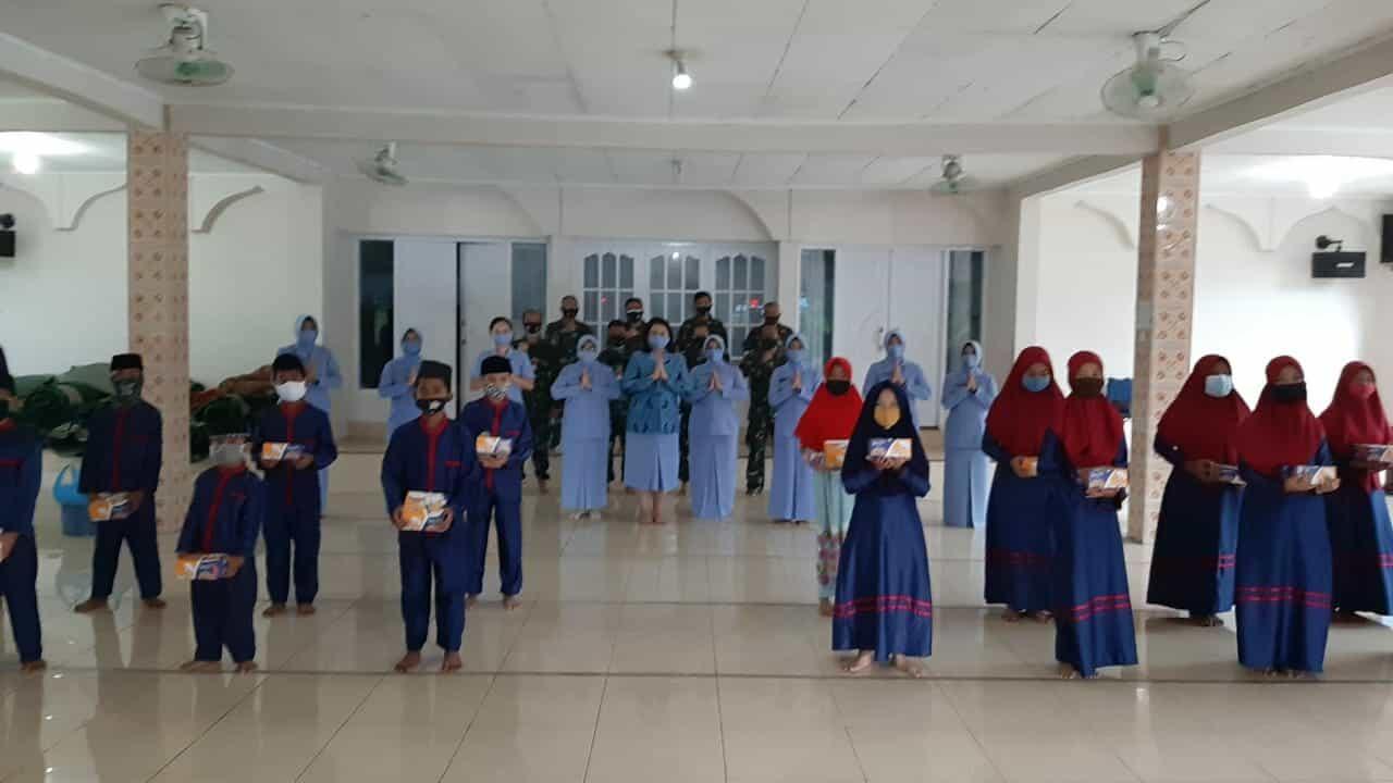 Jumat Berkah, Ny. Irenne Ronny Irianto Moningka Turut Berbagi
