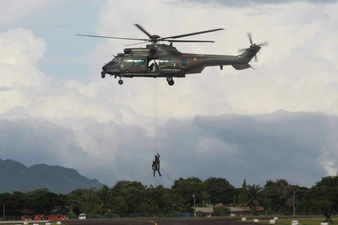 "TNI AU. Banda Aceh (09/9). Bertempat di Pangkalan Udara Sultan Iskandar Muda (Lanud SIM) Kab. Banda Aceh, Wing III Paskhas dan jajarannya ikut tergabung dalam unsur yang terlibat langsung dalam Latihan Jalak Sakti 2020 yang merupakan latihan gabungan ditingkat Koopsau I yang melibatkan antar Satuan Koopsau I. Untuk kali ini, Latihan Jalak Sakti 2020 digabungkan dengan latihan setingkat Wing III Paskhas ""Hardha Marutha III"" yang salah satunya melibatkan Satuan Jajaran Wing III Paskhas Medan yang dipimpin oleh Komandan Wing III Paskhas Kolonel Pas Deni Ramdani, S.E. Didalam skenario Latihan Jalak Sakti, ratusan personel gabungan TNI Angkatan Udara dan unsur terkait lainnya mengikuti kegiatan latihan hari ini sesuai dengan beberapa skenario latihan yang diawali dengan penurunan paksa terhadap sebuah pesawat asing yang memasuki wilayah Indonesia tanpa ijin (Force Down), penerjunan oleh 1 Tim Dalpur dari Den Matra 1 Paskhas dan penerjunan Statik Yonbuthanlan menggunakan 3 Pesawat CN-295 TNI AU oleh puluhan penerjun dari Batalyon Komando 469 Paskhas yang dipimpin langsung oleh Danyonko 469 Paskhas Letkol Pas Agus Yoga Permana, Selasa (8/9/2020). Seusai melakukan penerjunan, selanjutnya dilakukan operasi militer selain perang yaitu bergerak sebagai tim penolong bencana didaerah terdampak bencana yang melibatkan unsur terkait lainnya diantaranya gabungan TNI Angkatan Udara, PMI dan Basarnas Kab. Banda Aceh. Sedangkan didalam operasi militer dan sesuai dengan skenario latihan Hardha Marutha III, yaitu melaksanakan perebutan dan pertahanan pangkalan yang diasumsikan sebagai sasaran OP3U. Sedangkan Batrei Hanud melaksanakan gelar pertahanan Hanud di Lanud Supadio sebagai asumsi sasaran OP3U dan sebanyak 1 Tim SAR melaksanakan Rappeling menggunakan Hely yang juga bergerak sebagai tim penolong. Setelah melaksanakan OP3U dan berhasil merebut pangkalan dari tangan musuh, sesuai kebijakan Panglima TNI bahwa pasukan Yonbuthanlan Paskhas diperintahkan untuk melakukan pencarian dan me"