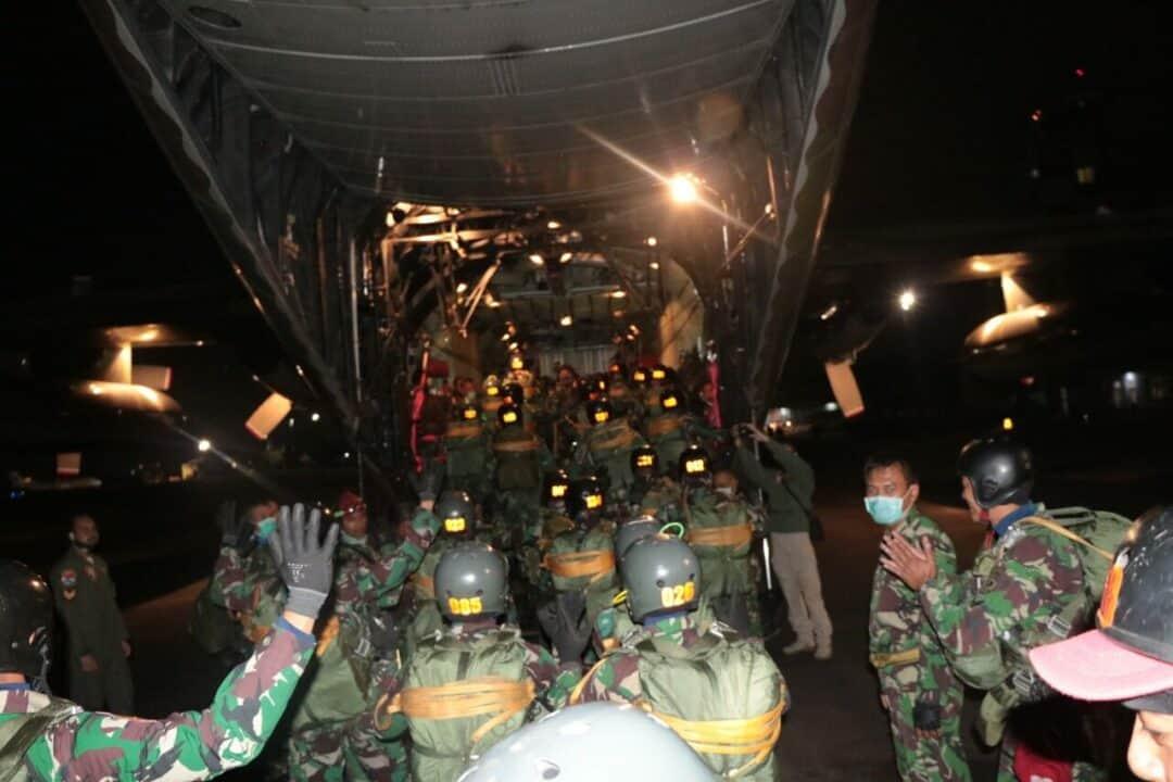 Praktek Terjun Malam Siswa Susparadas A-188 Di Lanud Sulaiman