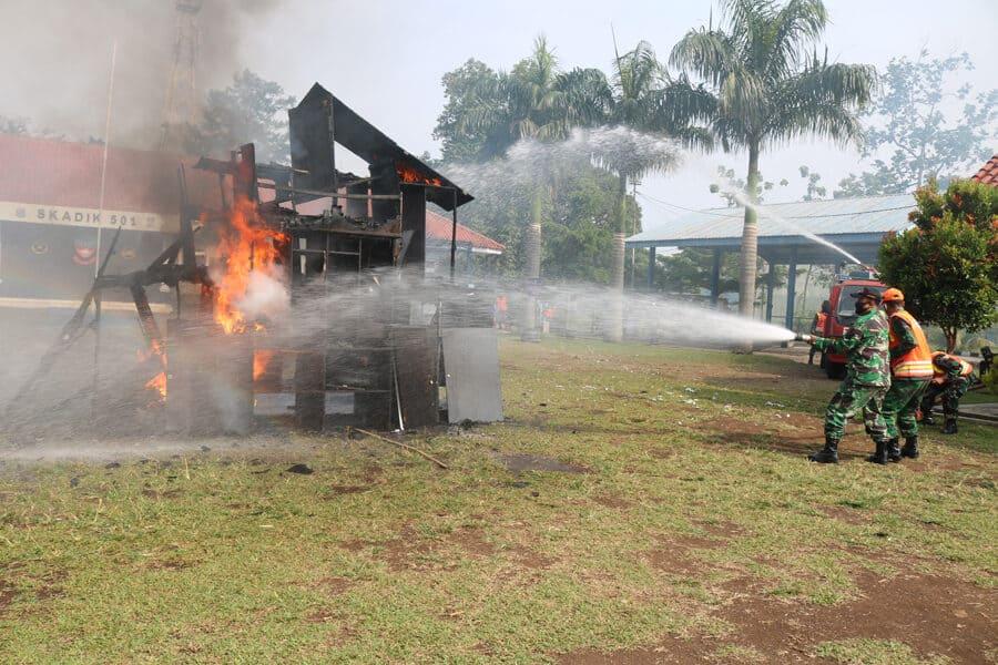 Simulasi Penanggulangan Bahaya Kebakaran di Skadik 501 Wingdikum