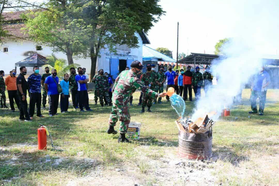 Waspada dan Tanggap Bahaya Kebakaran Lanud Sjamsudin Noor Gelar Demonstrasi Penanganan Kebakaran