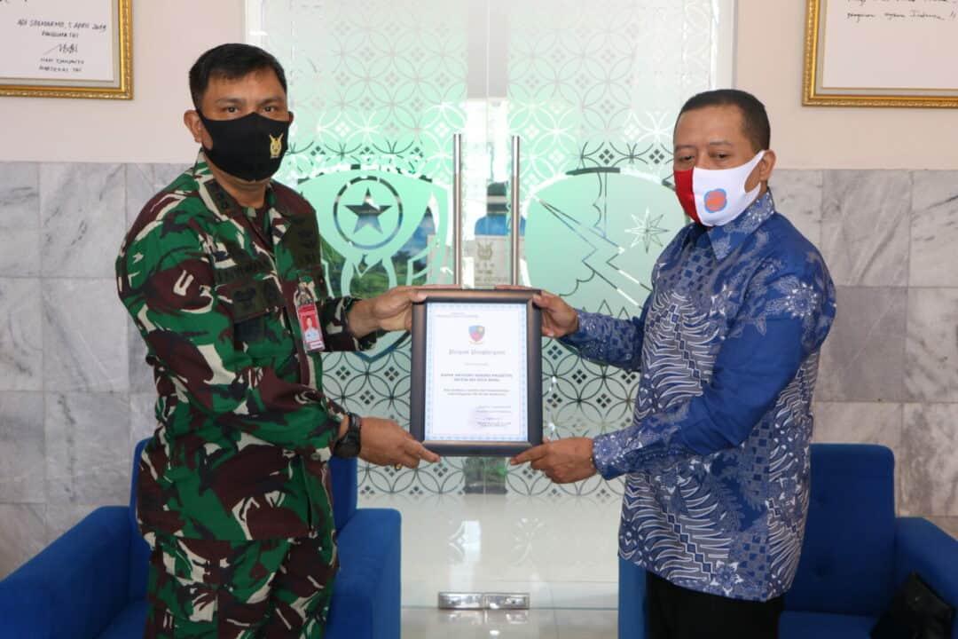 Danlanud Smo Berikan Piagam Penghargaan kepada Ketua REI Soloraya