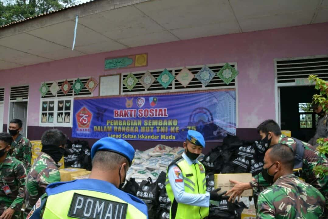 Peringati HUT TNI Ke-75 Lanud SIM Bagikan Paket Sembako Kepada Masyarakat Saree Aceh