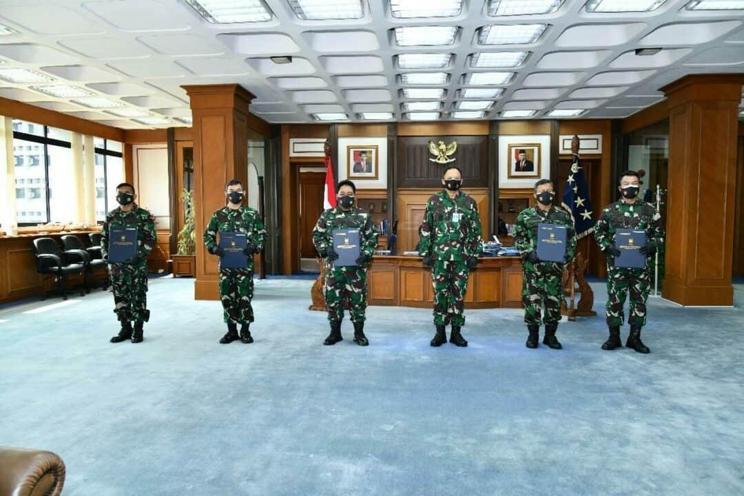 "Enam Pati TNI AU Naik Pangkat. CILANGKAP, DISPENAU. Kepala Staf Angkatan Udara (Kasau) Marsekal TNI Fadjar Prasetyo, S.E., M.P.P., menerima laporan kenaikan pangkat satu tingkat lebih tinggi 6 (enam) Perwira Tinggi (Pati) TNI AU, di Mabesau, Cilangkap, Jakarta Timur, Jumat (25/9/2020). Keenam Perwira Tinggi TNI AU tersebut yaitu Marsma TNI J. Parulian Sihombing (Wadan Koharmatau), Marsma TNI Istiyanto, S.Sos., M.M. (Danpuslat Kodiklat TNI), Marsma TNI Oki Yanuar, S.T. (Kapuslitbang Iptekhan Balitbang Kemhan), Marsma TNI Teguh Purwo S., S.E., M.M. (Kadiskomlekau), Marsma TNI Agus Ismanto, S.E., M.A.P. (Kapus BMN Baranahan Kemhan), dan Marsma TNI Jamingun, S.H., M.H. (Kaotmilti I Medan Babinkum TNI). Dalam amanatnya Kasau mengatakan, kenaikan pangkat hakikatnya merupakan bentuk penghargaan, amanah, dan prestasi seorang prajurit atas kinerja yang telah ditunjukkan selama penugasannya. ""Atas nama TNI AU, saya mengucapkan selamat dan turut berbangga atas pencapaian kenaikan pangkat satu tingkat lebih tinggi para Perwira Tinggi TNI AU,"" ujar Kasau. Sebelumnya ke enam Pati TNI AU tersebut juga telah melaporkan kenaikan pangkatnya kepada Panglima TNI Marsekal TNI Hadi Tjahjanto, S.I.P., bersama-sama para Pati TNI AD dan TNI AL. Laporan kenaikan pangkat berdasarkan Surat Keputusan Kasau Nomor Kep/298-TIIIB/IX/2020 tanggal 24 September 2020, tentang Kenaikan Pangkat ke dan Dalam Golongan Perwira Tinggi TNI."
