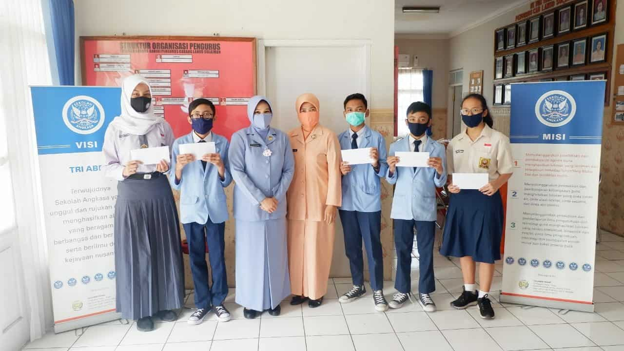 """Ketua PIA AG Cab.4/G.II Lanud Sulaiman Beri Hadiah kepada Para Siswa Pemenang Kuis """"Penjaga Langit"""""""
