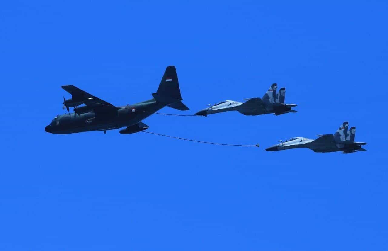 Aksi Air to Air Refueling Dua Pesawat Sukhoi Skadron 14 Menutup Pelaksanaan Manuver Lapangan Latihan Sikatan Daya 2020.