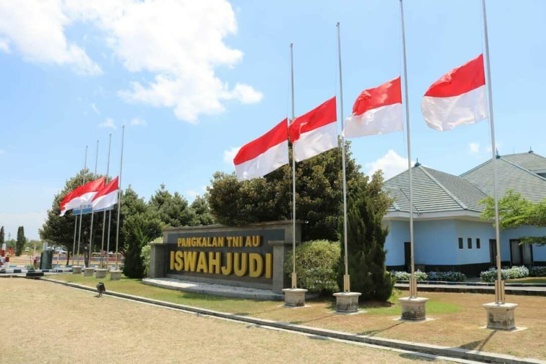 Lanud Iswahjudi Kibarkan Bendera Merah Putih Setengah Tiang