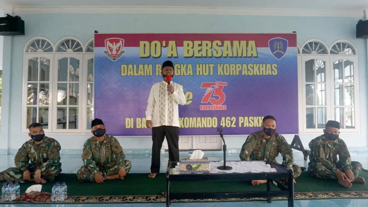 Yonko 462 Paskhas Melaksanakan Do'a Bersama Dan Bagikan Sembako Kepada Masyarakat Kurang Mampu